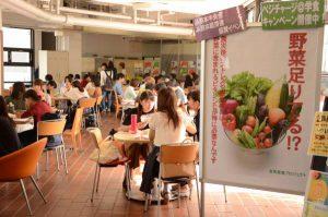 仮設の食堂となっている学生ロビーで昼食を取る学生ら