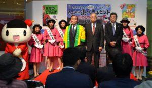 トップセールスを行った梅田穰本部長(右から5人目)