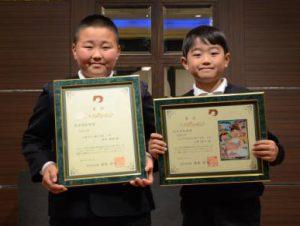 県知事賞を受賞した香本くん㊧と上野くん(10日、熊本市で)