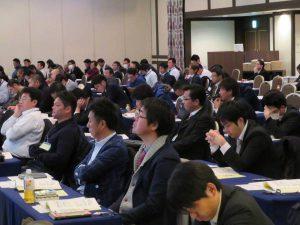 講演に聞き入る農業経営対策研修会の参加者(17日、熊本市で)