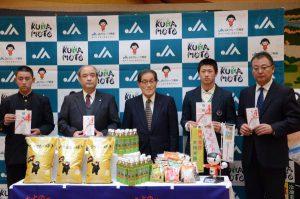 小崎会長㊥から目録を受け取った秀岳館高校(右2人)の代表と熊本工業高校の代表(6日、熊本市で)