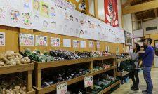 【直売所】母親の似顔絵ずらり 買い物客にっこり JA熊本うき直売所/熊本うき