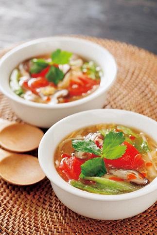 写真: トマトとレタスの酸辣湯スープ
